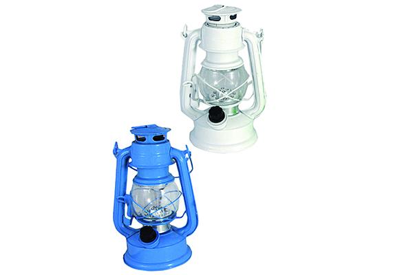 """Le lanterne, altro elemento tipico marinaro, assolvono alla duplice funzione di lampada e decorazione (in foto<em>Colors</em> di <a href=""""http://www.maiuguali.it/"""">Maiuguali</a>)</span></p>"""