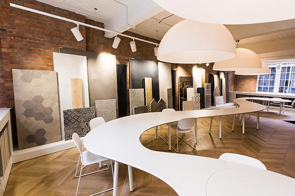 Al primo piano è protagonista un lungo  tavolo di 20 metri attorno al quale si può lavorare in gruppo o da soli