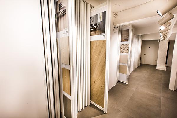 Il piano interrato ospita una parete libreria con oltre 140 cassetti che contengono l'intero catalogo di prodotti Marazzi