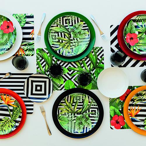 """Motivi geometrici che ricordano i mosaici di Copacabana ed Ipanema uniti ai colori della foresta pluviale, a piante rigogliose e a uccelli esotici: è <em>Club tropicana</em>, la proposta per la tavola firmata da <a href=""""http://www.villadestehometivoli.it"""">Villa d'Este Home Tivoli</a>"""