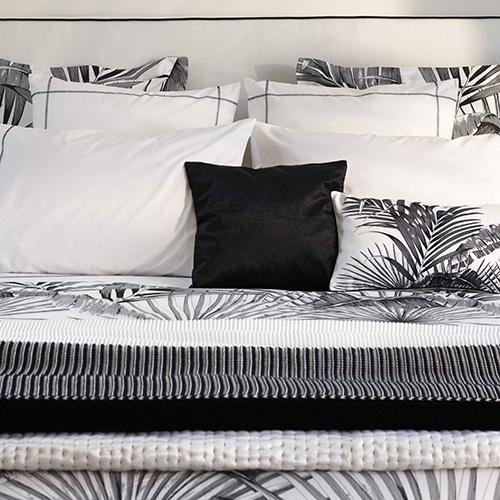 """Per riprodurre una giungla domestica non è detto che bisogna attingere necessariamente dalla palette dei colori verde. <a href=""""http://www.zarahome.com/it/"""">Zara Home</a> , ad esempio, utilizza il bianco e il nero"""