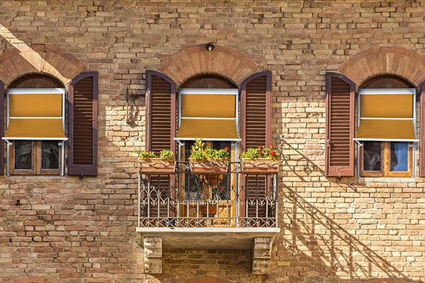 Perfette per riparare finestre e balconi: sono le tende a caduta verticale come <em>Genova</em> di Arquati. Le guide laterali e i bracci scorrevoli sono regolabili in altezza e inclinazione e permettono di modulare l'ingresso della luce e l'aerazione