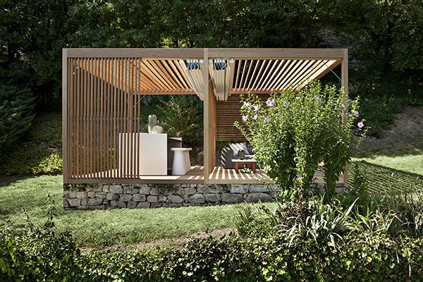 Un'oasi di relax: è <em>Zen Light</em>, la micro architettura progettata da Ludovica e Roberto Palomba per Exteta. La copertura è formata da travetti distanziati in massello di cedro rosso canadese, con teli ombreggianti in tessuto idrorepellente