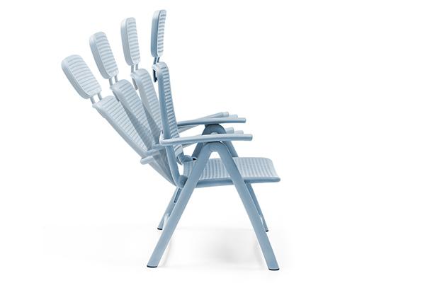 Può raggiungere quattro diverse posizioni, la seduta Acquamarina, progettata da Raffaello Galiotto per Nardi. Il poggiatesta in resina soft touch è comodo anche senza cuscino