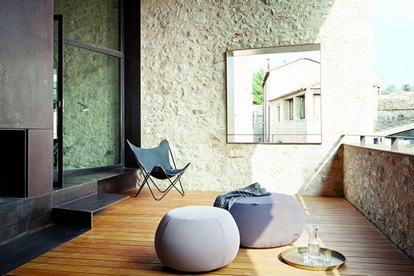 Party sul terrazzo? Pix outdoor, di Ichiro Iwasaki per Arper, è il pouf adatto a ospitare gli amici anche in piccoli dehors. Nelle versioni a uno, a tre o a cinque posti