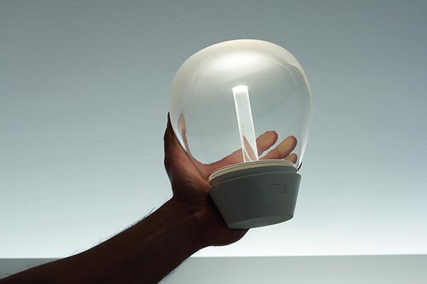 """Antico e moderno si miscelano nella lampada portatile <em>Empatia Mobile </em>di Carlotta de Bevilacqua per <a href=""""http://www.artemide.it"""">Artemide</a>. Realizzata in vetro da soffiatori veneziani, nasconde la tecnologia a Led (il prezzo è in fase di definizione)"""