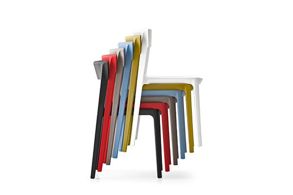 Si impilano fino a sei le sedie Skin di Archirivolto per Calligaris. In polipropilene, materiale resistente agli agenti atmosferici, e in sette colori dal bianco al rosso