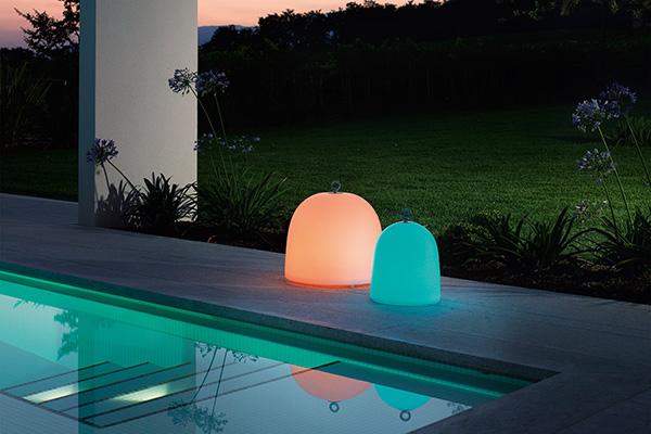"""Un tocco di colore in giardino: <em>Campanone</em> di Paolo Grasselli per <a href=""""http://www.modoluce.com"""">ModoLuce</a> è una scenografica lampada. Nella versione ricaricabile da appoggio si caratterizza per una maxi autonomia fino a 12 ore (a partire da 390 euro)"""