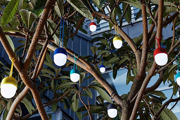 """Da appendere allo sterzo di una bici, ai rami di un albero o in qualsiasi angolo della casa perfinoin doccia perché è resistente all'acqua: è <em>Clover</em> di Ionna Vautrin per <a href=""""http://www.lexon-design.com"""">Lexon Design</a>. La piccola e colorata lanterna si ricarica via USB, ha un'autonomia di quattro ore e due differenti intensità luminose"""