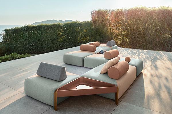 """<a href=""""http://www.dedon.de"""">Dedon </a>debutta nel settore dell'outdoor con <em>Brixx</em>. Disegnato da Lorenza Bozzoli, il divano si adatta a ogni esigenza poiché si configura combinando più moduli. Nascono così delle isole di relax caratterizzate da un tema geometrico dato dalla cucitura ribattuta in diagonale di ciascun modulo"""