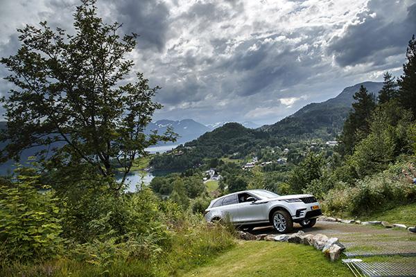 """Il tema della settima edizione del premio è il design che coniuga bellezza e funzionalità nel segno del """"riduzionismo"""". Stesso valore cui si è ispirata la casa automobilistica per la nuova Range Rover Velar"""