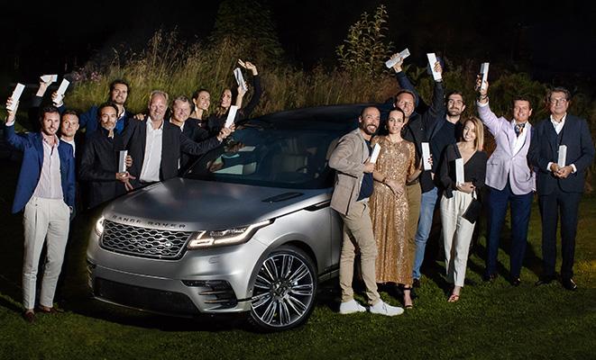 I vincitori  dell'edizione 2017 del Land Rover Born Awards posano con la Velar, l'ultimo Suv nato nella casa automobilistica inglese