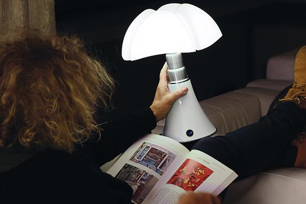 """La celebre <em>Pipistrello</em> di <a href=""""http://www.martinelliluce.it"""">Martinelli Luce</a>, progettata da Gae Aulenti nel 1965, diventa ricaricabile. La famiglia si rinnova con la versione <em> Minipipistrello  Cordless</em>, una lampada da tavolo con batteria ricaricabile e sensore touch (864,98 euro)"""