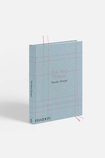 """<em>The red thread. Nordic design</em> di Anne Riis (<a href=""""http://www.phaidon.com"""">Phaidon</a>, 287 pp, 69,95 euro, in lingua inglese) - Dagli oggetti di uso quotidiano ai vetri decorativi fino ai tessili prodotti artigianalmente. Per gli amanti del design nordico, Phaidon racconta attraverso 200 esempi la creatività made in Scandinavia e Finlandia puntando su semplicità, bellezza e funzionalità, tre caratteristiche che sono il filo conduttore di questo gusto"""