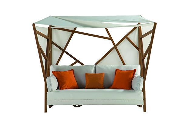 Un nido con copertura per ripararsi dal sole: è il divano Saga Cocoon di Christophe Delcourt per Roche Bobois. Lungo quasi due metri e mezzo, con cuscini e tessuti idrorepellenti
