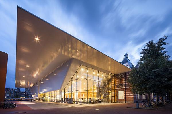 """AMSTERDAM, <em>Stedelijk Museum</em>- Èdedicato all'arte e al design moderno e contemporaneo con 90mila oggetti risalenti dal 1870 ad oggi. Comprende opere di Appel, Cézanne, Chagall, Dijkstra, Van Gogh, Kandinsky, Kienholz, De Kooning, Koons, Matisse, Mondriaan, Picasso, Pollock, Rietveld, Sottsass, Warhol e vanta la più grande collezione di opere di Malevich al di fuori della Russia. Inoltre, non manca mai un ricco cartellone di rassegne dedicate agiovani artisti<a href=""""http://www.stedelijk.nl""""><em>www.stedelijk.nl</em></a>"""