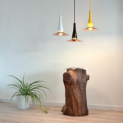 """<em>LaFlor Lamp</em>, pensata dalla designer italiana Lucia Bruni fondatrice dello studio <a href=""""http://www.lucirmas.com/"""">Lucirmás</a> a Barcellona, è una lampada a sospensione fatta a mano composta da una bottiglia e un paralume in rame. Fotografia di VictorMax©Photo"""