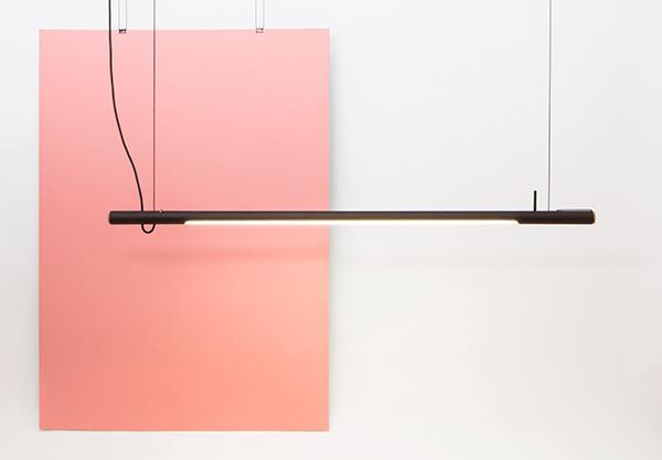 """Il packaging non è più materiale di scarto in <em>R16</em> dello studio <a href=""""http://www.waarmakers.nl/"""">Waarmakers </a>: la lampada led è contenuta in un tubo di cartone che ha doppia funzione, quella di involucro e di punto luce"""