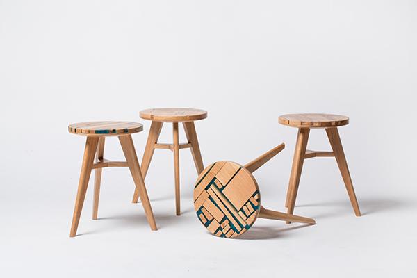 """Gli avanzi prodotti dal taglio dei fogli di quercia bianca vengono ridotti in pezzi e messi in uno stampo in cui viene colata della resina. Così i designer dello studio sudcoreano <a href=""""https://hattern.com/"""">Hattern</a><strong> </strong>danno forma agli sgabelli <em>Zero Per Stool</em>. Fotografia di Park Yoon"""