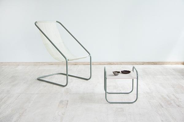 """Una sedia, un tavolino e delle ciotole: sono tutti realizzati con le alghe marine dalla designer <a href=""""https://www.nienkehoogvliet.nl/"""">Nienke Hoogvliet</a> per la <em>Sea Me collection</em>"""