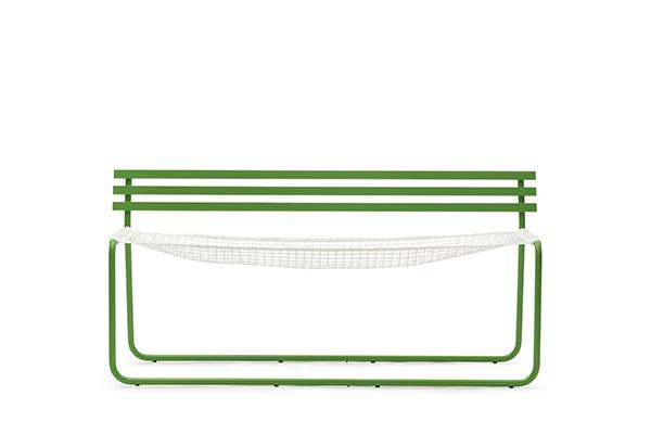 Da Campeggi una panchina che si trasforma in amaca. È Siesta ideale per sedersi, sdraiarsi e rilassarsi in giardino oppure in balcone grazie alle dimensioni contenute