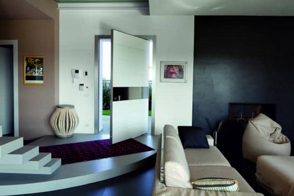"""Synua è la porta blindata di <a href=""""http://www.oikos.it"""">Oikos</a> ideale per le grandi dimensioni. Per chi vuole vivere in sicurezza senza rinunciare al design"""