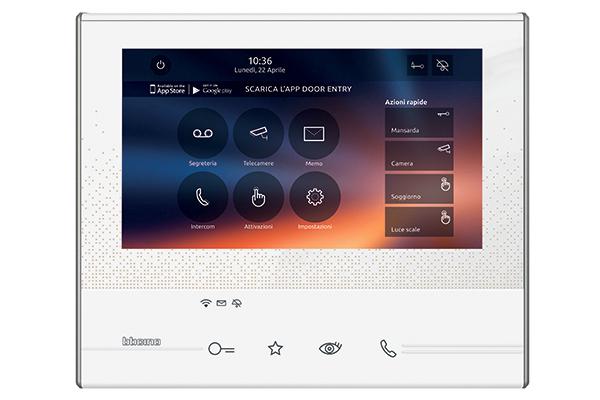 """<a href=""""http://www.bticino.it/home"""">Bticino</a> ha sviluppato un videocitofono (Classe 300X13E) che permette di comunicare, tramite smartphone, con chi ha suonato alla porta dell'abitazione, in audio/video, sia da locale che da remoto. Fuori dall'abitazione, in questo modo, è sempre possibile: controllare le chiamate, aprire il cancello, attivare la telecamera o azionare le luci del giardino"""