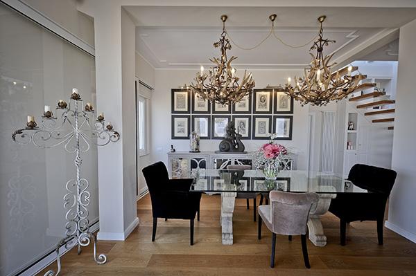 I lampadari artigianali messi in sequenza sul tavolo da pranzo di cristallo