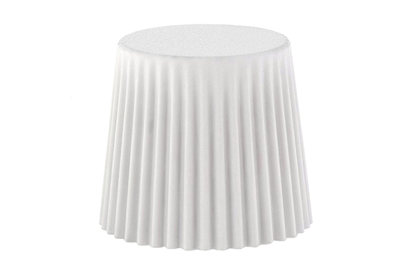 """Per chi ha poco spazio è importante puntare su elementi multifunzione,: <em>Muffin</em> di <a href=""""http://www.bonaldo.it"""">Bonaldo</a> si può utilizzare come pouf, seduta, tavolino ed elemento contenitore. È disponibile anche nella versione con luce interna per illuminare dolcemente gli ambienti"""