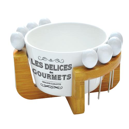 """Le forchettine da aperitivo sono idealiper gustare e servire gli spuntini (glistuzzicadentia tavolasonobanditidal galateo). Da<a href=""""http://www.easylifedesign.it/"""">Easy Life</a> il set dellalinea <em>Les delices des gourmets</em> conciotolina in ceramicae pratica base in bambùdove riporre le piccole posate (29 euro)"""
