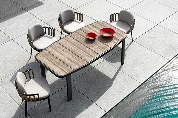 """<a href=""""http://www.ethimo.com"""">Ethimo</a> amplia la collezione <em>Swing</em> con tavolo da pranzo e poltroncina. La linea firmata Patrick Norguet si distingue per una struttura che mixa metallo e doghe di teak decapato. La linea comprende una completa serie di elementi d'arredo (<a href=""""http://design.repubblica.it/2016/08/10/guarda-come-dondolo-2/"""">dondolo</a>, <a href=""""http://design.repubblica.it/2017/07/18/divani-morbidezza-outdoor/"""">divani</a>, poltrone e <a href=""""http://design.repubblica.it/2016/10/03/coffee-table-15-idee-per-il-salotto/"""">tavolini bassi</a>) e si distingue per il profilo sinuoso e avvolgente quasi a ricordare un nido"""