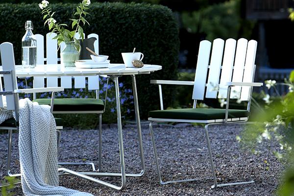 """<a href=""""http://design.repubblica.it/2017/07/26/il-design-per-labitare-sostenibile/#1"""">Produrre nel rispetto dell'ambiente è un fenomeno crescente nel mondo del design che sempre più predilige alternative eco-friendly</a>. Tra queste i prodotti che portano la firma della collettiva Sweden Mingle nella quale sono riunite alcune aziende svedesi. Come <a href=""""https://www.grythyttan.net/"""">Grythyttan Stålmöble</a> che ha realizzato una collezione di arredi <em>green</em> pensati per l'esterno impiegando esclusivamente materiali naturali o riciclati"""