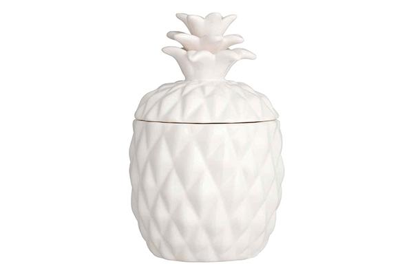 """Per riscaldare l'atmosfera: da<a href=""""http://www.hm.com/home"""">H&M Home</a>un vaso decorativo con lasilhouette dell'ananas che contiene al suo interno una candela. È senza odori per cui si può utilizzare anche a tavola. Per gli amanti dello<a href=""""http://design.repubblica.it/2017/06/12/giungla-domestica-arredare-tropicale/#1""""> stile tropicale</a>"""