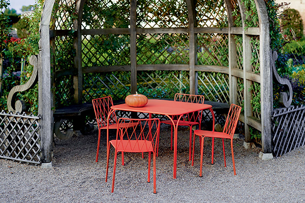 """Una reinterpretazione moderna delle sedie e dei tavoli in ferro battuto da giardino inglese: è <em>Kintbury</em> di <a href=""""http://www.fermob.com"""">Fermob</a>, la collezione realizzata in acciaio con trattamento ad altissima protezione per uso <a href=""""http://design.repubblica.it/2017/07/06/outdoor-la-stanza-ritrovata/"""">outdoor</a>. È disponibile in ben 24 colori"""