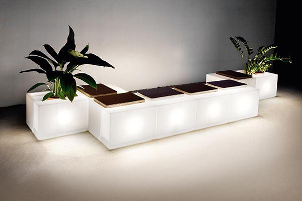 """<em>Look</em> di <a href=""""https://varaschin.it"""">Varaschin</a>è unsistema con struttura componibile disponibile anche con illuminazione interna. Da utilizzare come seduta, fioriera oppure contenitore portaoggetti"""