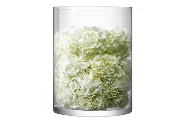 """Orchidee, calle e tulipani sono i fiori perfetti per un party in bianco.</span>Se volete sistemare <a href=""""http://design.repubblica.it/2016/03/07/vasi-arredare-con-i-fiori/"""">composizioni floreali sul tavolo</a> da <a href=""""http://www.lsa-international.com"""">Lsa International</a>il vasodella collezione <em>Colonna</em> pensato per ospitare bouquet o candele"""