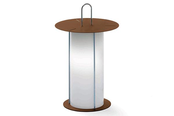 """Da appoggiare oppure da appendere grazie al suo pratico manico.<em>Diogene</em> di <a href=""""http://www.modoluce.com"""">Modoluce</a>è una<a href=""""http://design.repubblica.it/2017/07/26/dal-salotto-al-giardino-quando-la-luce-e-mobile/#1""""> lampada senza fili e ricaricabile</a>che vi segue ovunque ne abbiate bisogno"""