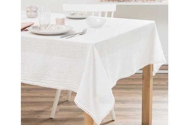 "Per la mise en place scegliete una semplice tovaglia bianca in cotone come <em>Indali</em> di <a href=""http://www.maisonsdumonde.com"">Maisons du monde</a></span></p>"