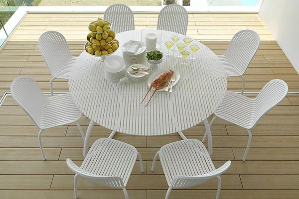 """Bianco pieno e luminoso per le sedute e tavolo<em>Loto</em>e<em>Ninfea</em> di <a href=""""http://www.nardigarden.com/it/"""">Nardi"""