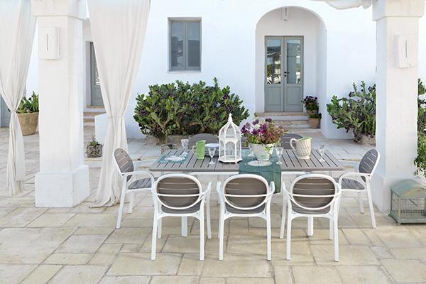 """Il tavolo <em>Alloro</em> e la sedie <em>Palma</em> compongono il set pensato per gli esterni da <a href=""""http://www.nardigarden.com"""">Nardi</a>. Sono realizzati in DurelTOP, un materiale facile da pulire e resistente al sole, all'acqua e agli agenti atmosferici. Il tavolo è disponibile con piano fisso da 6 posti oppure <a href=""""http://design.repubblica.it/2015/11/24/aggiungi-un-posto-a-tavola-3/#1"""">allungabile</a>  fino a 8 persone. <em>Alloro</em> è smontabile e rimontabile in entrambe le versioni"""