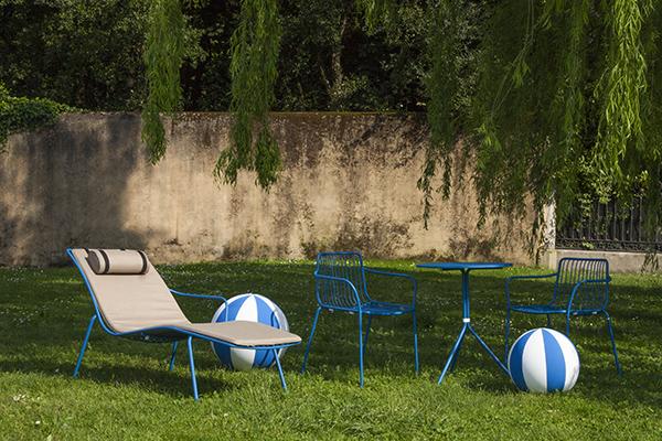 """La serie <em>Nolita</em> di <a href=""""http://www.pedrali.it"""">Pedrali</a> è un omaggio alle origini del marchio iniziate da Mario Pedrali nel 1963 con le sue prime sedie da giardino in metallo. Realizzata in acciaio, la collezione si caratterizza per le forme semplici e l'aspetto leggero e colorato. Le sedie sono salvaspazio in quanto hanno vantaggio di poter essere impilate"""
