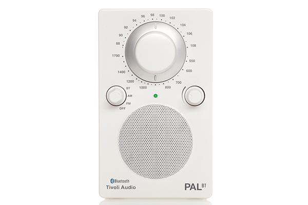 """Che festa sarebbe senza musica?<em>Pal+</em> di <a href=""""http://www.suonolite.it/"""">Tivoli Audio</a>è la radio portatile pensata anche per l'<a href=""""http://design.repubblica.it/2017/07/06/outdoor-la-stanza-ritrovata/"""">outdoor</a>"""