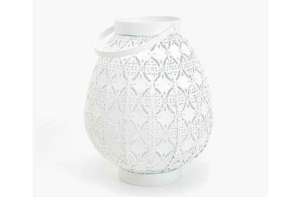 """Per una romantica scenografia, illumina il giardino con le lanterne. La proposta di <a href=""""http://www.zarahome.com"""">Zara Home</a>crea suggestivi giochi di luce date dalle decorazioni incise sul metallo"""