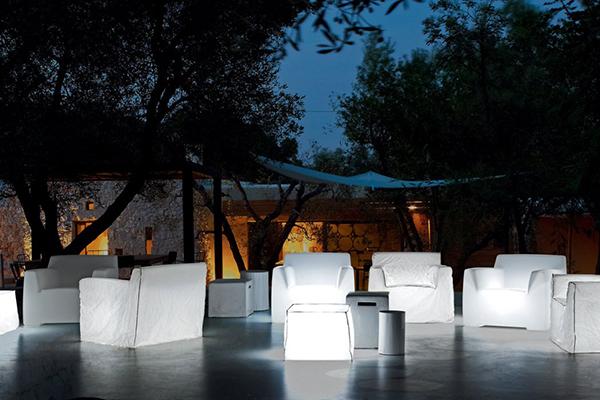 """<em>InOut 101</em>di <a href=""""http://www.gervasoni1882.it/it"""">Gervasoni</a>è una poltrona in polietilene bianco opalino, disponibile anche con illuminazione interna  per prolungare la festa fino a notte fonda"""