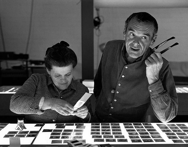 An Eames Celebration. Charles e Ray Eames scelgono i provini delle foto