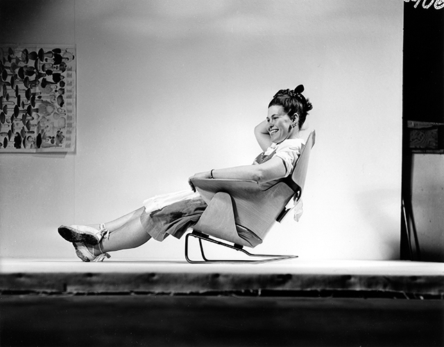 An Eames Celebration. Ray Eames seduta su un prototipo di lounge chair, 1946