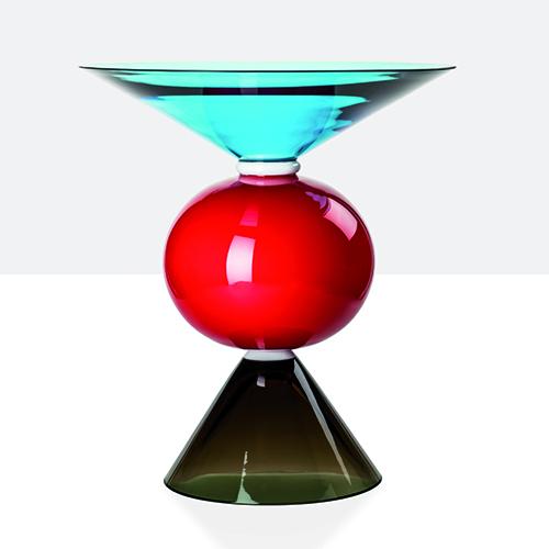 <em> La lunga attrazione per vetro e ceramica </em> - Ceramica e vetro sono fili conduttori nella storia di Ettore Sottsass. Le ceramiche fin dagli anni Cinquanta con Bitossi. Il vetro con numerose collaborazioni molto diverse fra loro: da Vistosi, Toso o Venini (in foto il vaso Oman) fino ad Alessi, Baccarat o Swarowski. I vetri di Sottsass sono di recente stati protagonisti di una mostra alle Le Stanze del Vetro, sull'isola di San Giorgio Maggiore a Venezia