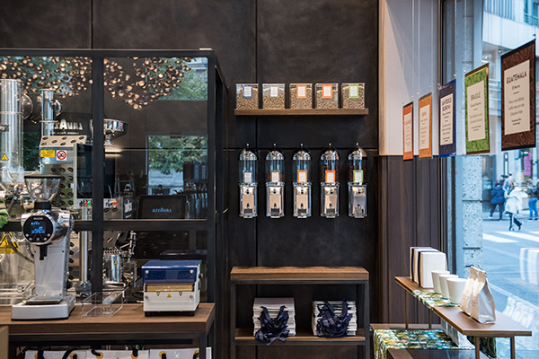 """L'area """"Fresh roasted"""" dello store è dedicata alla scoperta dell'arte della tostatura e della miscelatura proveniente dai Paesi produttori di tutto il mondo di caffè"""
