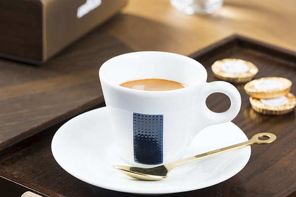 L'area caffetteria offre un originale percorso da Nord a Sud Italia attraverso ricette storiche e reinterpretazioni locali dell'espresso, accompagnati inoltre dalle speciali selezioni di cioccolatini artigianali create da Guido Gobino per Lavazza