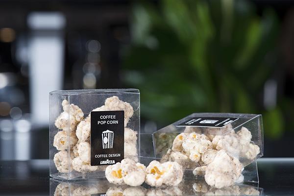 """I classici pop corn si uniscono alla polvere di caffè e allo zucchero semolato: è una delle interessanti proposte del """"Coffee design"""""""